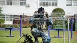 近日,驻鄂空降兵某旅,在严格落实营区封闭式管理模式下,一手抓疫情防控,一手抓战备训练。该旅利用营区内有限的训练场和各类训练器材,组织开展军事融合训练,采用分组训练、循环训练、评比竞赛的方式,融合腰腹力量、上下肢力量训练,分队战术和专业技能操作,要求体能训练与技战术训练同频共振,从严从难锤炼部队打赢能力,强化官兵班组协同意识,提升军事训练效能。