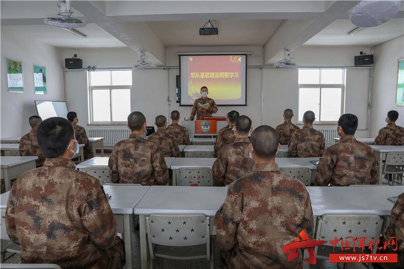 政治指导员利用政治教育时间逐条逐句领学新《军队基层建设纲要》 (2)