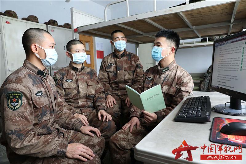 排长利用政工网和编印的资料带领新战士学习《军队基层建设纲要》变化和发展 (2)