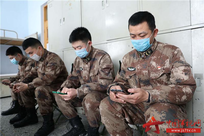 官兵利用手机浏览学习新《军队基层建设纲要》相关知识 (2)
