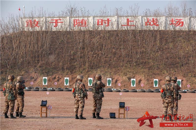 官兵在进行实弹射击训练