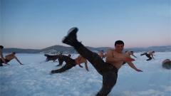 """赤膊上阵!他们与冰雪共""""舞""""进行抗寒训练"""