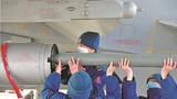 机务官兵装填弹药。
