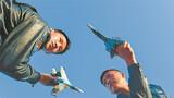 初春的贺兰山下,乍暖还寒。2月21日上午9时20分,随着指挥员一声令下,西部战区空军航空兵某旅飞行员徐会俊、吴孟思驾驶战机,加力起飞直冲苍穹,一场对地实弹突击训练拉开战幕。图为飞行员进行地面战法演练。