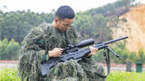狙击手李杰检查狙击枪