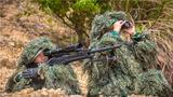 狙击手观察目标