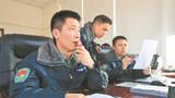 3月5日15时许,伴随着阵阵轰鸣声,陆军第76集团军某陆航旅数架武装直升机接续起飞,开展实战化飞行训练。图为塔台指挥员沉着指挥。