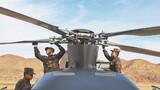 机务官兵精心维护直升机。