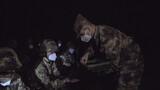 """夜色如墨,寒意未消,新疆军区某团营区却一片热闹景象,官兵们战严寒、破""""夜障"""",开展夜间射击训练,锤炼夜战本领。夜晚的射击场可见度极低,百米内只能隐隐约约看到靶子的轮廓,同时还要保证上靶率,着实给实弹射击的官兵们出了难题。图为发放子弹"""