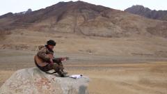 弹着吉他唱情歌 这位边防军人业余时间这样娱乐