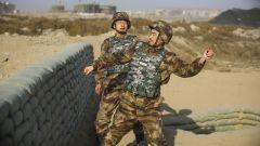 陸軍第76集團軍某旅組織官兵進行手榴彈實彈投擲訓練