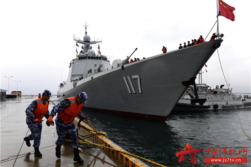 编队指挥舰西宁舰驶抵青岛某军港。来永雷摄影