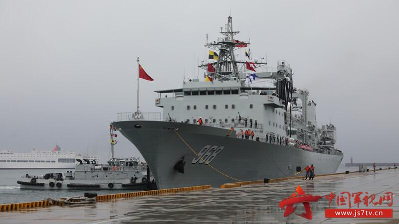 综合补给舰可可西里湖舰驶抵青岛某军港。秦慧鹏摄影