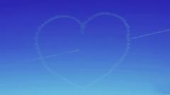 """""""一箭穿心""""太精彩!""""红鹰""""飞行员蓝天炫舞描绘浪漫画作"""