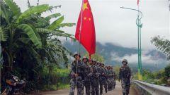 边防卫士武装联合巡逻 共同维护边境地区安全稳定