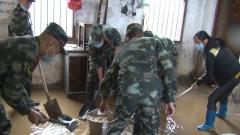 廣西梧州突降暴雨 武警官兵緊急清淤排險