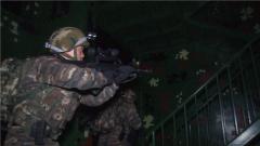 【第一军视】解救人质!排除爆炸物!特战演练在夜间打响