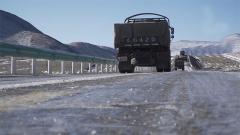 在冰上行駛與危險相伴 汽車兵的駕駛技術令人敬佩