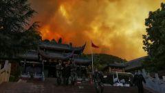 四川西昌:山火蔓延 武警官兵紧急转移300余名群众