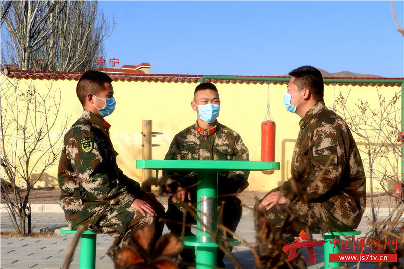 积极收集战士关于中队全面建设的意见建议  摄影人:张倚铭