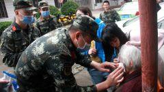 广西贵港:老人摔倒 武警官兵紧急救助