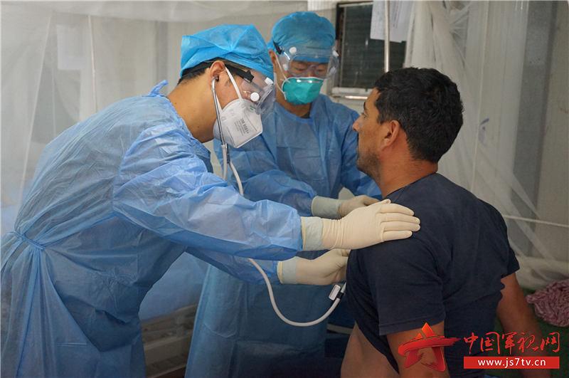潘耀柱正在为病人检查身体,郭晓宁摄
