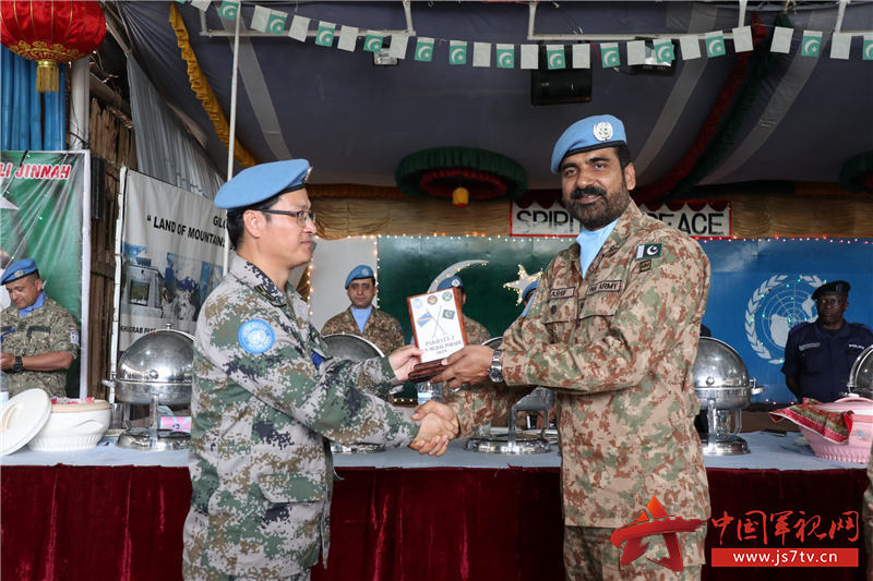 去年12月份,在巴基斯坦维和部队授勋仪式上,南部战区司令卡西夫·阿卜杜拉准将向潘耀柱赠送礼物,苏婷摄影报道