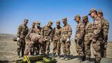 近日,驻守在天山脚下的新疆军区某装甲团进行坦克实弹射击考核。随着指挥员一声令下,各车组成员迅速蹬车,解脱炮塔、打开火控计算机、开启稳定器......所有动作一气呵成。图为拆封炮弹示范