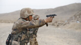 近旌�分不同时间、不同场地进行。其中,轻武器射击紧贴实战化要求,采取多种射击方式,进一步强化官兵单兵作战能力。开训以来,该旅紧盯实战化训练,组织进行多科目、多内容实弹射击,最大限度贴近真实战场环境,激发官兵训练热情,锤炼官兵的血性虎气,进一步提高自身军事素养,提高部队战斗能力。图为手枪射击训练