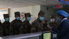四川甘孜发生交通事故 川藏兵站部官兵深夜献血