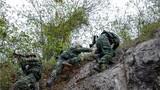 特战队员交替掩护通过断崖。
