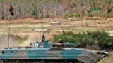 雙方步戰車協同突擊。