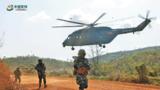 """戰鷹轟鳴,鐵甲奔流。3月30日,""""金龍-2020""""中柬兩軍聯合訓練在柬埔寨貢布省舉行山地反恐實兵綜合演練和結訓儀式。自3月15日開訓以來,兩國參訓官兵著眼聯合打擊恐怖主義勢力,進行了多個課目的聯合訓練。圖為參演官兵機降投入戰斗。"""