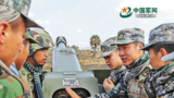 雙方炮兵交流火炮維護保養經驗。