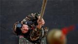特战队员进行抓大绳训练。