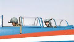 空军首批女飞行教官带教学员征战蓝天