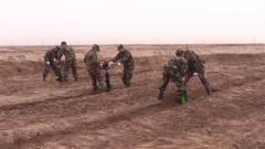 新疆阿克苏:武警官兵走进荒漠区域开展植树造林活动