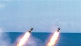 """3月23日,南部战区海军某驱逐舰支队舰艇编队破浪前行,奔赴南海某海域展开实战化训练。图为发射火箭深弹打击""""敌""""潜艇。"""