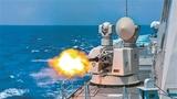 """战舰副炮拦截""""敌""""空中目标。"""