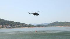 【第一军视】5秒钟灭火800平方米以上 直升机吊桶灭火了解一下