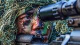 """狙击手隐蔽观察""""敌情"""",伺机实施狙杀。"""
