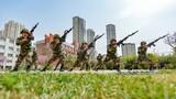 """  """"杀、杀、杀……""""士气震山倒,杀声如狮吼。连日来,武警甘肃总队着眼春季训练黄金期,组织开展小组战术、综合体能和紧急出动演练等实战化课目训练,进一步强化官兵号令意识,增强练兵备战能力,激发练兵热潮,切实提升部队训练水平和作战打赢能力。图为:警卫勤务大队官兵正在进行刺杀训练。"""