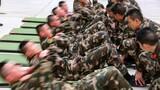 警卫勤务大队官兵正在进行体能训练。