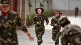 通信大队女兵正在进行3公里越野训练。