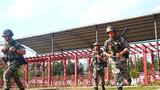 连日来,南部战区陆军某边防旅紧贴任务实际,聚焦实战需求,大力开展实战化军事训练,进一步增强基层官兵的军事素质和实战能力,激发他们的训练热情,夯实部队打赢基础。图为官兵正在进行武装奔袭训练。