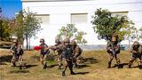 """""""全班注意,前方十米处按照一组中、二组右、三组左的顺序迅速占领有利射击位置……""""近日,陆军第75集团军某旅在滇西高原开展了一场班进攻综合演练。此次演练旨在锤炼官兵的临机处置和协同作战能力,进一步提高部队实战化训练水平。"""