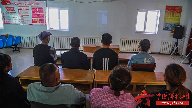 驻地村民通过视频连线的方式与官兵共同学习安全常识