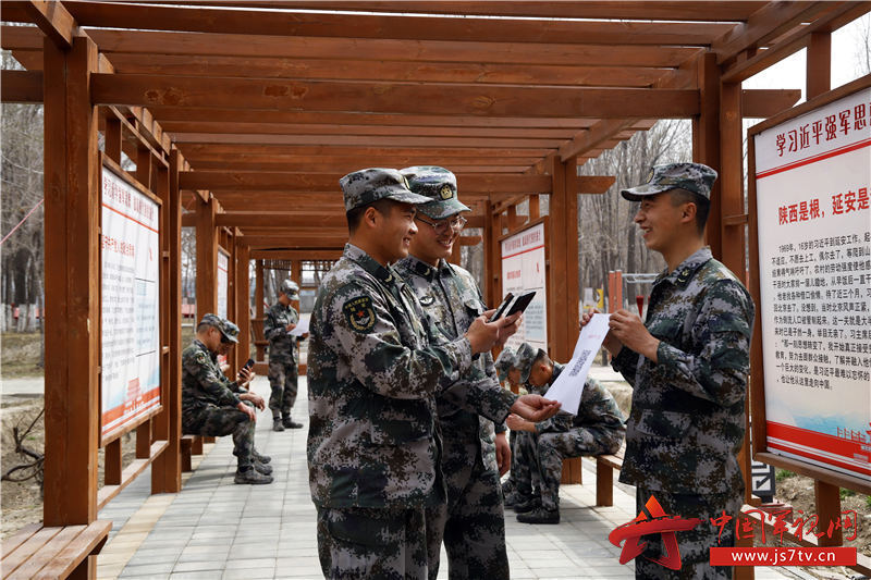 官兵通过扫描二维码,进行安全常识学习。