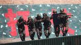 """暮春时节,天山脚下,武警新疆总队机动第一支队组织特战队员开展了一场以""""高楼反劫持""""为背景的城市反恐演练,全面检验特战队员的应急处突能力和实际作战水平,树立练兵备战的鲜明导向。"""