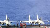 航母艦員進行開飛前的異物排查工作。(攝影:張雷)